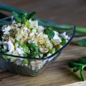 Geminzter Couscous Salat mit Erdnüssen (vegan)